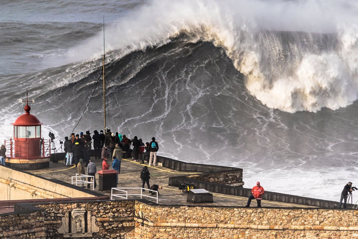 Praia do Norte (North Beach) - Big Waves